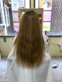 美容師の髪を切る