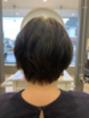 くせ毛を生かしたスタイル。