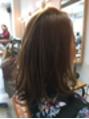 重めでも軽やかさのあるヘアスタイル