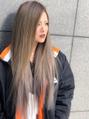 アッシュ系、ベージュ系で個性を出した派手髪に(*^^*)
