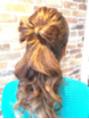 髪の毛でリボンを作る。