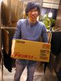 アレが入ってる大きな箱をかかえてきた