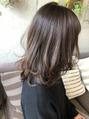 セミロングふんわりヘアにラベンダーベージュカラー