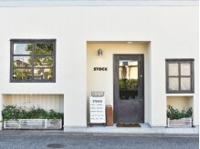 ストックヘアー(STOCK hair)の雰囲気(まるでカフェのようなお洒落な外観☆扉を開ければ癒しの空間が♪)