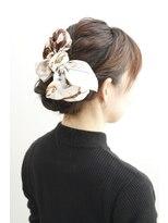 アカラ ヘアアンドメイク 六本木(Akala hair&make)スカーフを即席ヘアアクセサリーにして、人気のアップスタイル