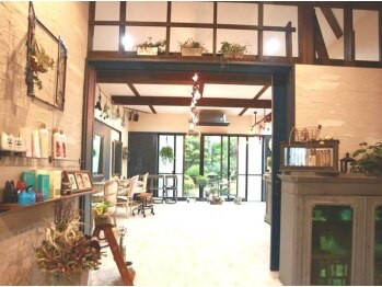 ジジ(Gigi)の写真/アンティ-ク家具やグリ-ンが溢れる店内はまるでサロンではないような店内☆お気に入りの場所が見つかるかも