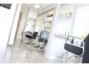 エルイズム(L-ISM)の写真/【那覇市】白を基調とした明るく開放感のある店内でゆっくりとしたサロンタイムをお過ごしいただけます♪
