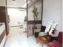 ブランコワークス(BLANCO works)の雰囲気(白を基調とした店内。他のお客様と目線が合わないよう配慮。)