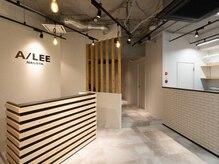 アイリー 名古屋(A/LEE)の雰囲気(清潔感ある白を基調にした天然木のカウンターでお客様をお出迎え)