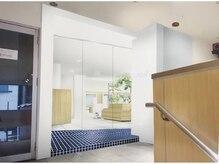 グラン(Gran)の雰囲気(2階への階段を上がると、入口が目の前に見えます)