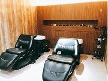 カフェアンドヘアサロン リバーブ(cafe&hair salon re:verb)の雰囲気(フルフラットタイプのシャンプー台で首や腰の負担を大幅に軽減。)