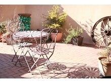 グラマー GLAMOURの雰囲気(外からは見えないお客様専用の中庭でお寛ぎ下さい。)