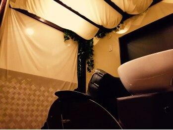ヘア ホリック エメ(hair holic aimer)の写真/住宅街の裏手にある小さな小さな美容室。キラキラと光が差し込む明るいフロア。