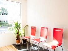美容室 テック(TECH)の雰囲気(《待合スペース》差し色の赤が映える、シンプルなお洒落空間☆)