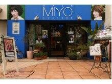 ヘア クチュール ミヨ(HAIR COUTURE MIYO)の雰囲気(外にはいっぱいの植物が!青が目印!店の前が駐車場になってます)