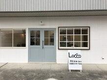 ロッコ(Locco)の雰囲気(お店は白い壁と水色のドアが目印です。)