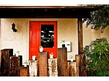 アブスアパートメント(abus apartment)の雰囲気(赤い扉が目印です)