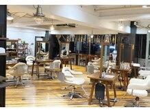 ワンパーセンタープロフェッショナル(1%er professional)の雰囲気(白を基調としたウッドとの調和のとれた店内。)