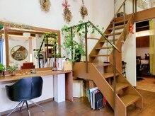 ヘアプレイス コラソン(hair place CORAZON)の雰囲気(木を基調とした内装で、ドライフラワーや緑で癒される空間♪)