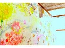 クリコ ヘアーデザイン(CLICQUOT hair design)の雰囲気(女性アーティストのカモミナによる壁のアートは必見です)