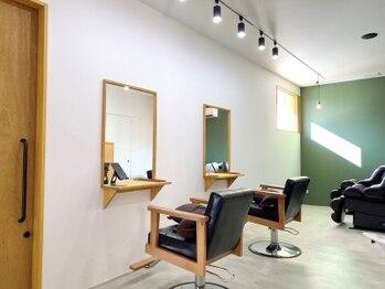 ウルヘアイーズ(ulu.hair ease)の写真/【2021.1 NewOpen】夫婦で営むプライベート空間。木目と白を基調とした明るい店内はコロナ対策もばっちり◎