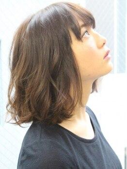 イリス(Iris)の写真/Irisのグレイカラーは白髪をしっかりカバー!!ムラなくオシャレを楽しめる明るい色味に仕上がると好評!