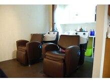 フラート(FLART)の雰囲気(座り心地のいい本革を使用したシャンプー椅子)