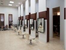 バズ ヘアー 守谷店(BaZu HAIR)の雰囲気(白を基調とし、天井が高く広々としたサロンです♪)