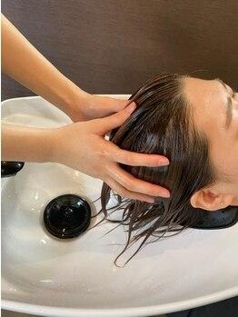 オズルーツ OZ Rootsの写真/心地いいヘッドスパで至福のひとときを…♪頭皮ケアで髪に潤いを与え、頭皮と髪のダメージを補修。