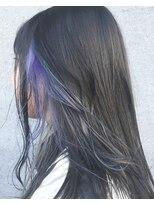 暗髪セミロングとインナーカラー