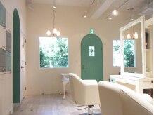 フルリール ヘアーアンドケア(fleurir Hair&care)の雰囲気(席は間隔をあけて広々と。お子様と一緒のご来店も多いです。)
