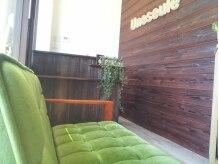 アンスール(Une seule)の雰囲気(緑の椅子が可愛い待合スペース。)