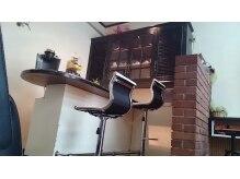 ヘアブース ドール(Hair Booth. DOLL)の雰囲気(リラックスブース。ドリンクを飲んだり、おしゃべりをしたり。)