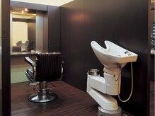 ラグジュアリーサロン ホワイト(Luxury salon WHITE)の雰囲気(ひとつのブースに、一台ずつシャンプー台を設置しています。)