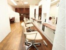 エアー ヘアーデザイン 大口店(AiR Hair Design)の雰囲気(白い壁と木目の床が落ち着いた空間。)