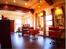 ハロー ヘアサロン(HeLLo hair salon)の雰囲気(可愛らしいチェアと4面の鏡があります!)