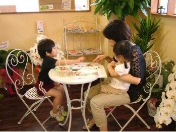 ヘアースペース シュシュ(Hair Space Shou Shou)の写真/広々したお店だからお子様連れも大歓迎♪施術スペースには適度な距離感があり、周りも気にならず居心地も◎