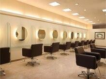 松本平太郎美容室 土浦パートワン(PART1)の雰囲気(広々とした店内。11席完備しております。)