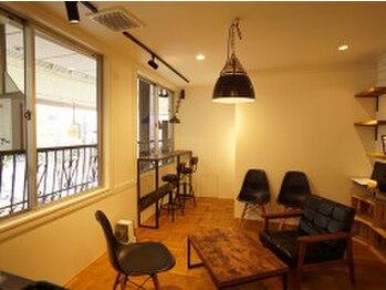 ヘアプロデュースハイドアウト(hair produce hydeout)の写真/隠れ家風憩いのサロン【hydeout】ウェイティングスペースはカフェのようなくつろぎ空間で居心地の良さも◎
