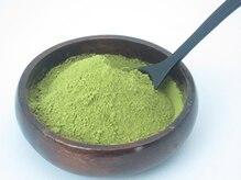 サロンドゥ・ディノの雰囲気(植物性ヘアカラー ヘナ HENNAの葉を乾燥粉末にして染色します)