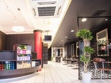 ミック ヘアアンドメイクアップ 日暮里店(miq Hair&Make up)の雰囲気(広々とした2階立ての店内。【miq 日暮里】)