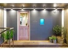 ローレン(Lauren)の雰囲気(入り口はピンクの扉が目印です!階段を上がって中二階になります)