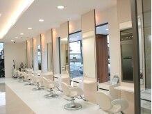 美容室アルベ(albe+m)の雰囲気(白く清潔感のある、広々とした店内。)