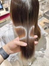 従来の縮毛矯正とは全く異なり、今の毛髪化学で髪に一番負担が少なく柔らかな手触りに。まるで革命。