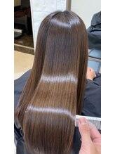 癖でまとまらない方に「縮毛矯正」 雨で膨らむ方に「髪質改善トリートメント」