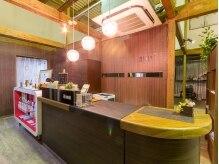 ミンピ(mimpi)の雰囲気(緑・木・白を基調とした店内は、温かみある雰囲気。)