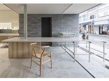 ロッソ 逗子銀座店(ROSSO Zushi-Ginza)の雰囲気(ROSSOの健康美に対する取り組みを「ラボ」の様な空間として表現)
