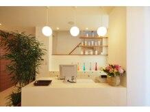 美容室 あかねの雰囲気(入り口は、白を基調をしている可愛い空間*)