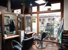ジャムヘアー プール(JAM hair POOL)の雰囲気(120年以上も前の古材を再利用した鏡)