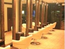 アンテナ ヘアリゾート 浦和東口店(ANTEnNA HairResort)の雰囲気(夜になりますと、落ち着いた暖かくて優しい照明になります。)